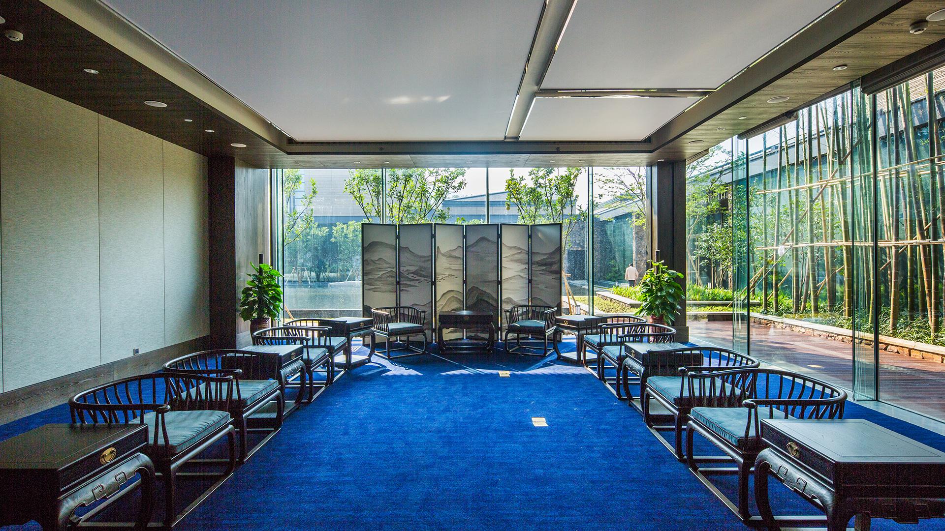 在禅意风格的设计思路下,酒店大量使用原木和棉麻材质,处处隐喻东方